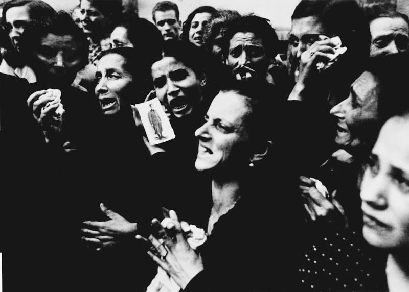 4_-_Robert_Capa__Donne_al_funerale_del_partigiano_che_ha_combattuto_i_tedeschi_prima_dell_entrata_degli_Alleati_a_Napoli__2_ottobre_1943